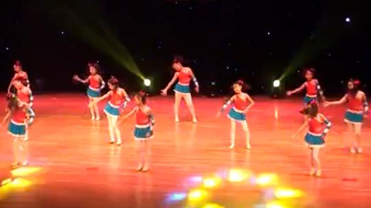 播视网-亲子舞蹈《小小的你》幼儿园六一舞蹈 4top4《战豆》:节奏欢快